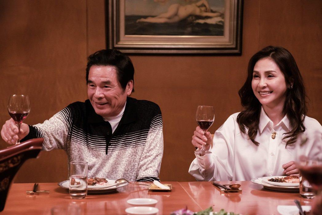 雷洪(左)在新戲「日蝕遊戲」中與梁佑南飾演夫妻,是一家企業董事長。圖/民視提供