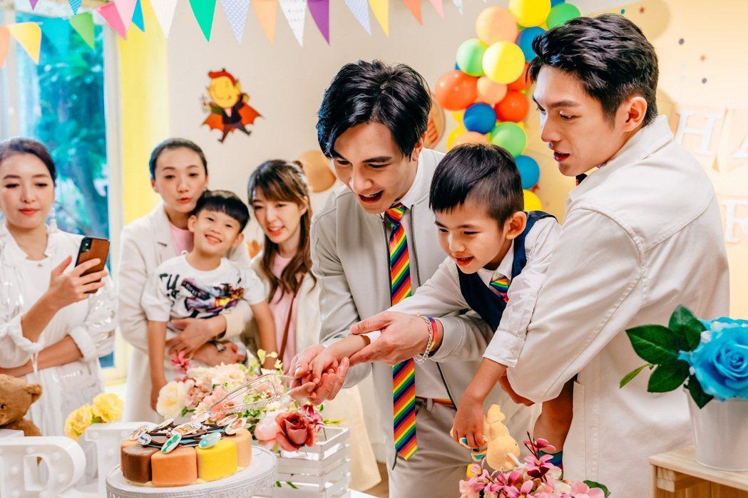 謝佳見(左起)、林輝瑝為戲中的兒子舉辦慶生會。圖/GagaOOLala提供