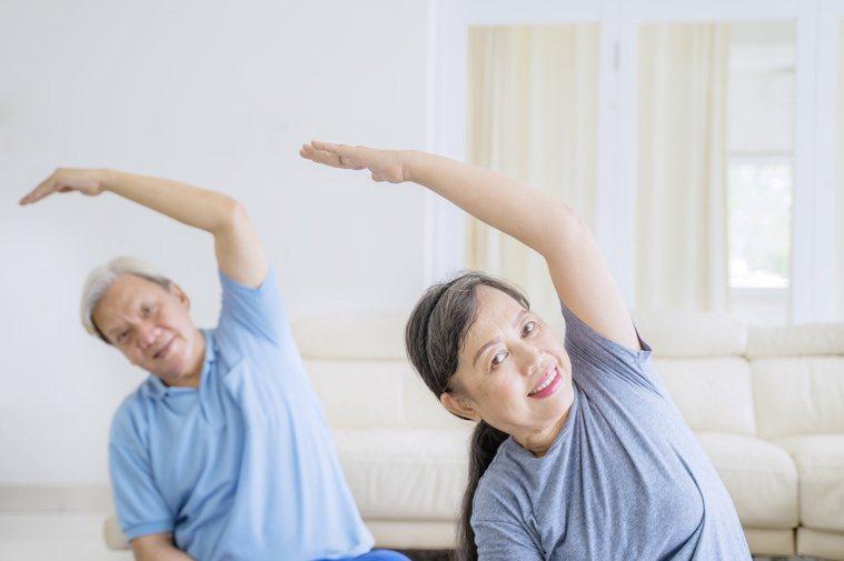 疫情期間老人家要保有活動空間,只要不群聚、做好防疫,還是可以動一動。圖/123R...