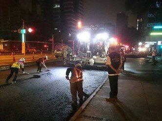 疫情升溫,民眾減少外出,台中市建設局趁機重新鋪設台灣大道機慢車道路面,搭配汰換自來水管線、瓦斯管線等。圖/台中市建設局提供