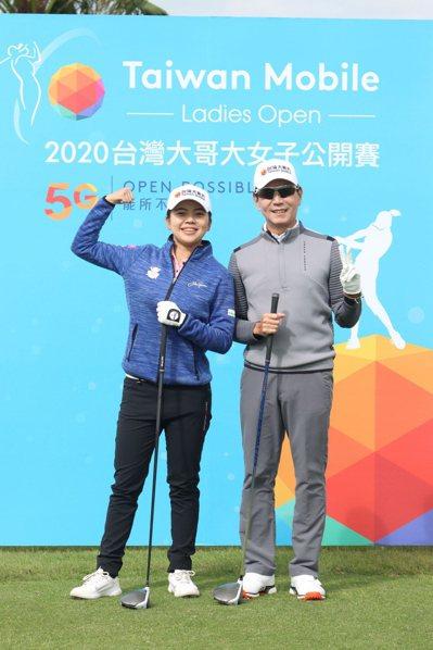 台灣大哥大董事長蔡明忠(右)在第一時間向徐薇淩(左)跨海道賀,送出6位數激勵獎金。圖為台灣大2020女子公開賽,蔡明忠與徐薇淩合影。台灣大/提供
