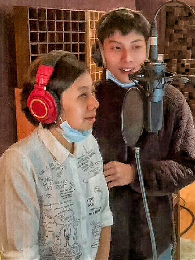 謝博安(右)請出媽媽助陣,合唱新歌「Carry On 讓明天不一樣」。圖/福桑音...