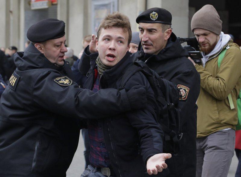 白俄羅斯當局廿三日強迫一架途經白俄的瑞安航空客機轉降首都明斯克,逮捕機上異議記者普羅塔塞維奇。圖為普羅塔塞維奇(左二)二○一七年在明斯克被捕的資料照。(美聯社)