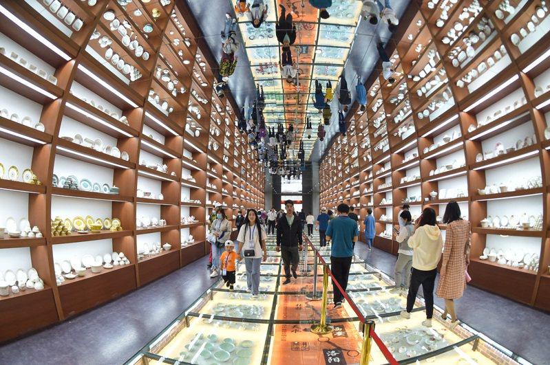 圖為參觀者在應縣陶瓷藝術宮遊覽。(中新社)