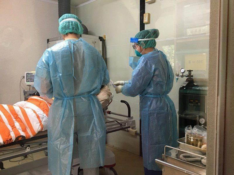 台灣新冠肺炎本土疫情嚴峻,重症比例也變高。報系資料照片