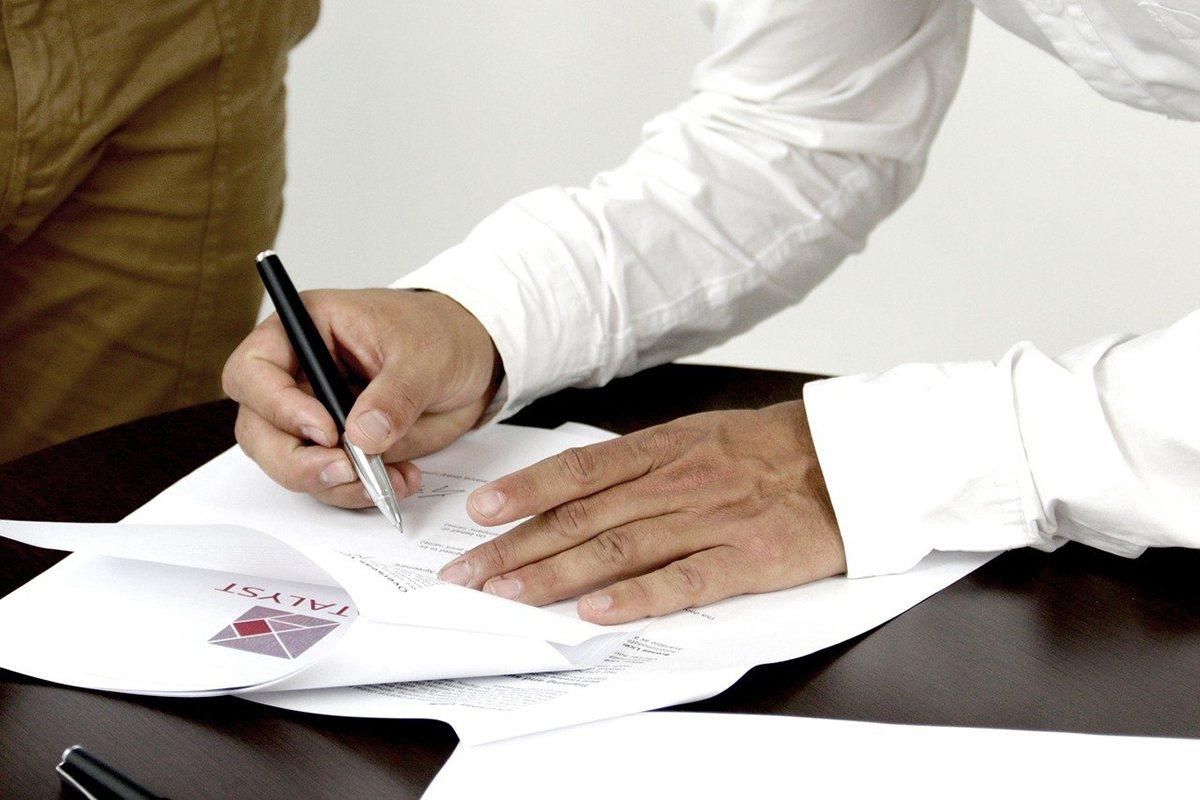 ▲「簽約」是買房交易中的第一步,調出土地及建物謄本,確定產權很重要。 (圖片來源...