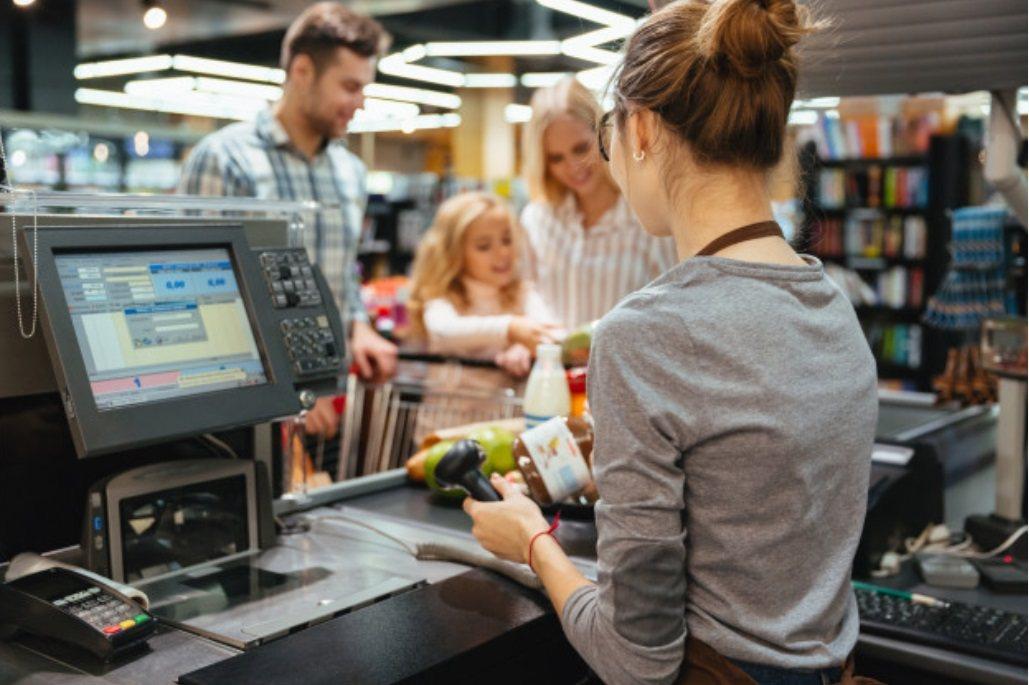 在大賣場內,另一個COVID19 傳播的熱區,就是收銀櫃檯。 圖/freepik