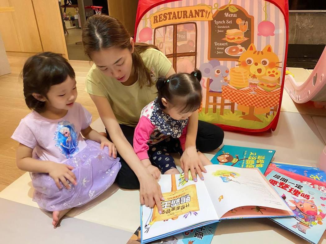 楊千霈在家和女兒度過親子時光。圖/擷自臉書