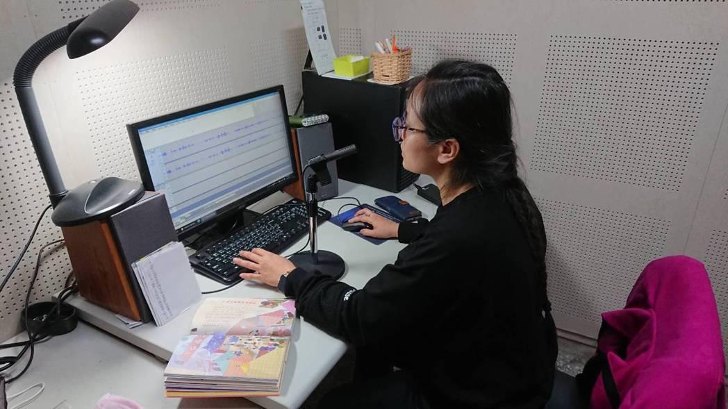 啟明志工錄製有聲書的樣貌。 圖/台北市立圖書館啟明分館提供