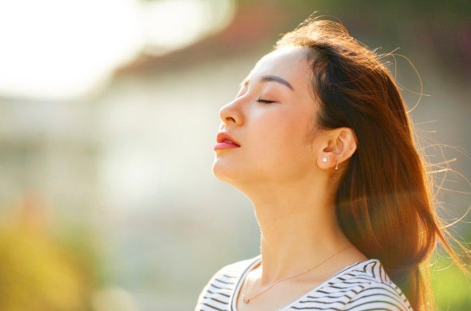 在正念呼吸的同時,你已經開始在重塑你的大腦神經迴路,讓你的大腦不再自動導航,聚焦...