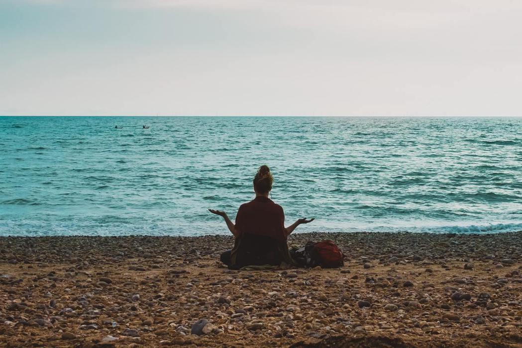 「正念呼吸」幫助你放下前一分鐘的念頭,批評,情緒和感受,回到自己的內在。 圖/u...