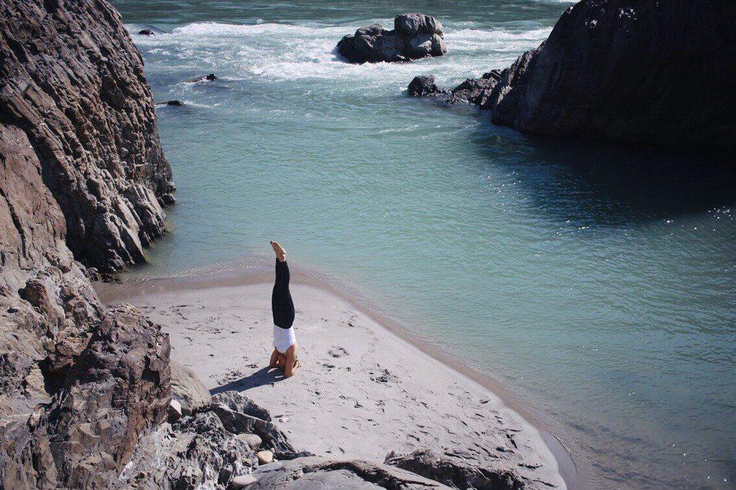 瑜伽練習者Crystal分享,不妨透過專注呼吸的瑜伽與冥想練習,讓身體重新覺知一...