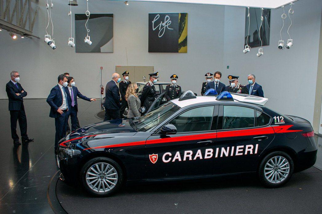 警車車頂的警示燈採三個獨立的燈座,相當有特色。 摘自Alfa Romeo