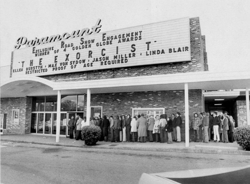 1973美國田納西州一家電影院外,民眾大排長龍等著進電影院觀看《大法師》。電影的部分驚駭畫面,創造了票房佳績,也造成了不少美國孩童的心靈創傷,至少有四起因為觀賞本片而精神病發的案例傳出。 圖/flickr@monstersforsale