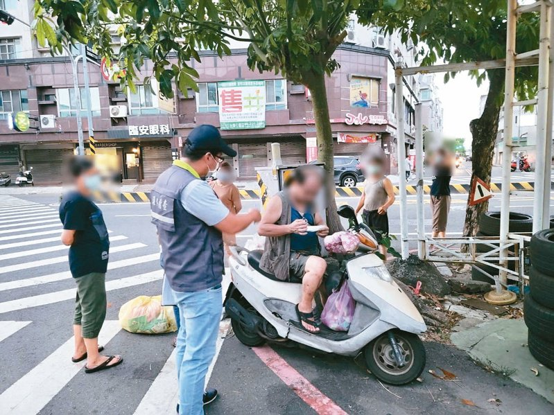 台南市政府昨天起全面稽查市民是否戴口罩倒垃圾,首日3人違規將移送裁罰。圖/台南市政府環保局提供
