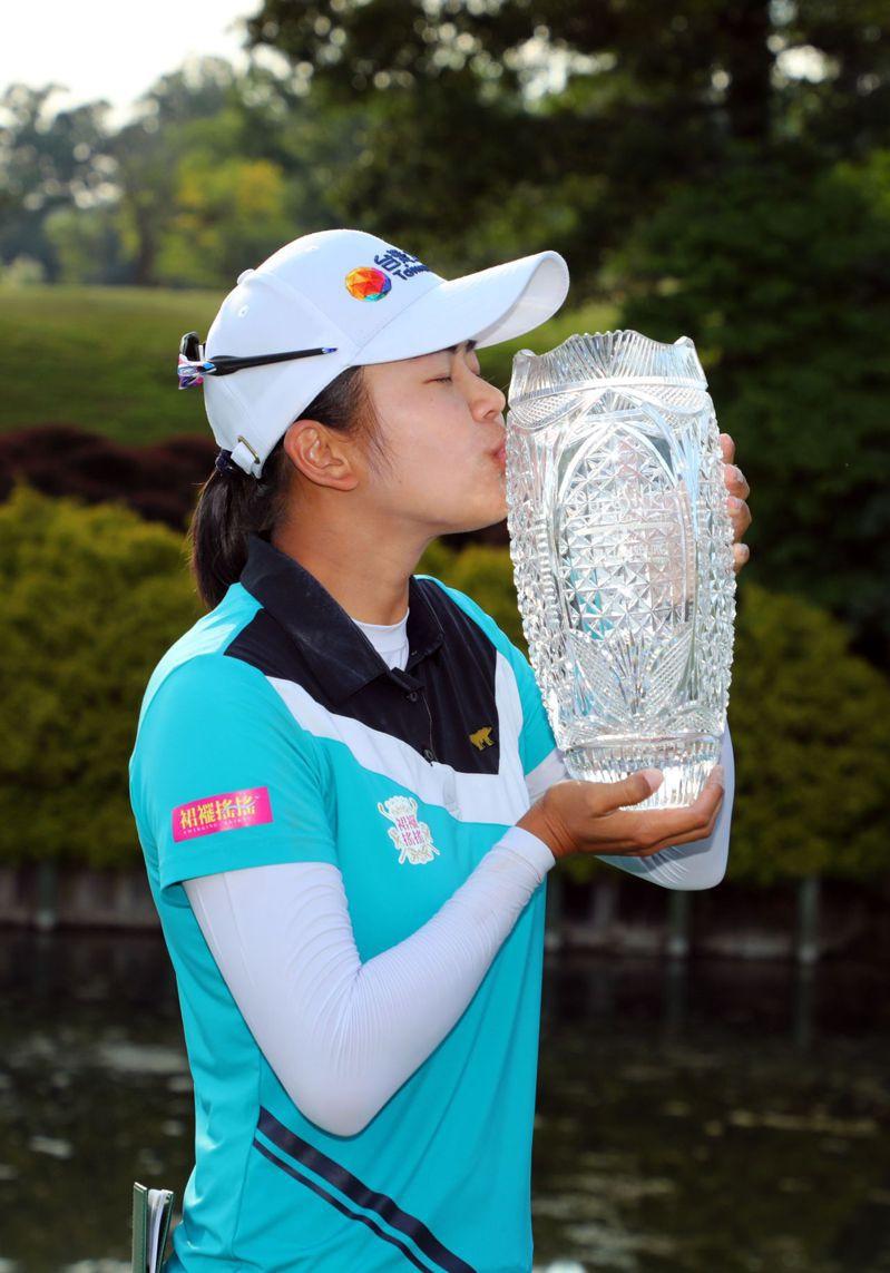 我國高球旅美好手徐薇淩在LPGA純絲錦標賽奪冠,迎來生涯首座冠軍。徐薇淩廿三日賽後在維吉尼亞州威廉斯堡金斯米爾度假村河流球場捧獎盃拍照留念。 法新社