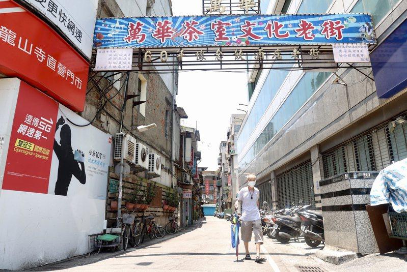 台北市政府今天公布4月25日至今12行政區的累積確診數,總計1170例,以萬華區659例最高。記者林俊良/攝影