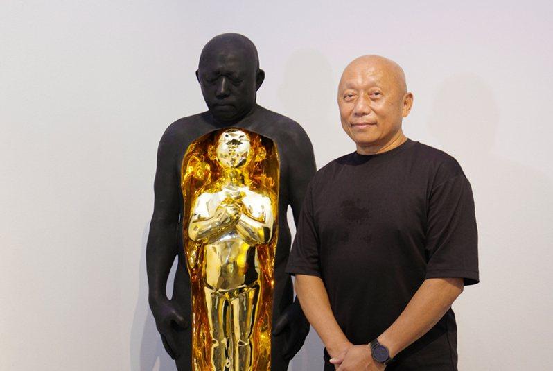 (圖: 藝術家林舜龍與其作品《62/1》, 以身體為詩, 為他在62歲這年劃下關鍵的印記)