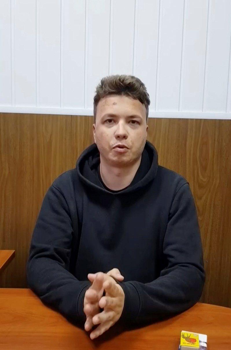 白俄羅斯23日命令米格29戰機強行要求愛爾蘭瑞安航空一架客機迫降,逮捕搭乘該班機、早已流亡海外的反對派記者普羅塔塞維奇,其父親狄米崔向告訴英國廣播公司BBC透露,自己擔心兒子可能會「遭受酷刑」。美聯社