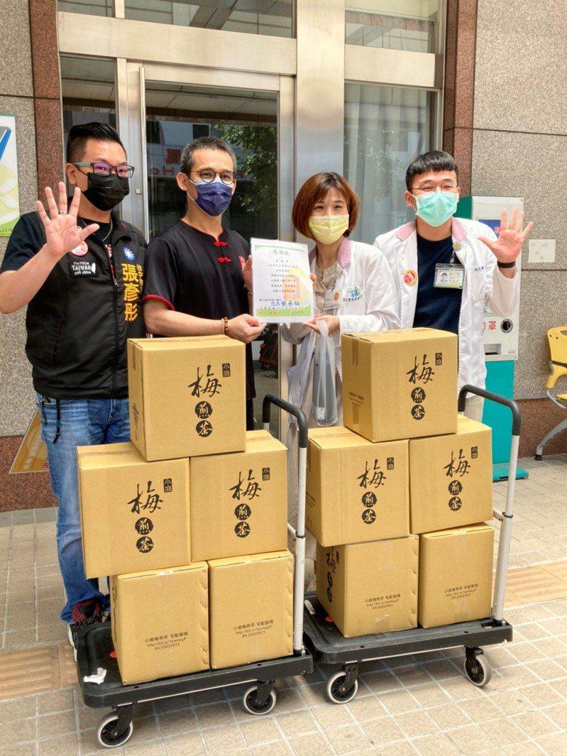小庭找茶昨天透過市議員張彥彤(左)送給台中醫院180杯招牌手工古早味飲品「梅煎茶」,感謝前線醫護人員辛勞。圖/張彥彤提供