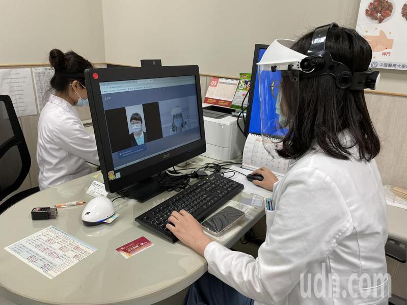 疫情嚴峻,中國醫藥大學新竹附設醫院配合中央政策,提供遠距視訊診療。記者陳斯穎/攝影