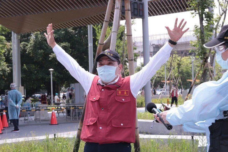 台灣民意基金會最新民調顯示,針對六都市長的防疫表現,高達49.1%民眾認為新北市長侯友宜表現最好,奪下六都冠軍。報系資料照