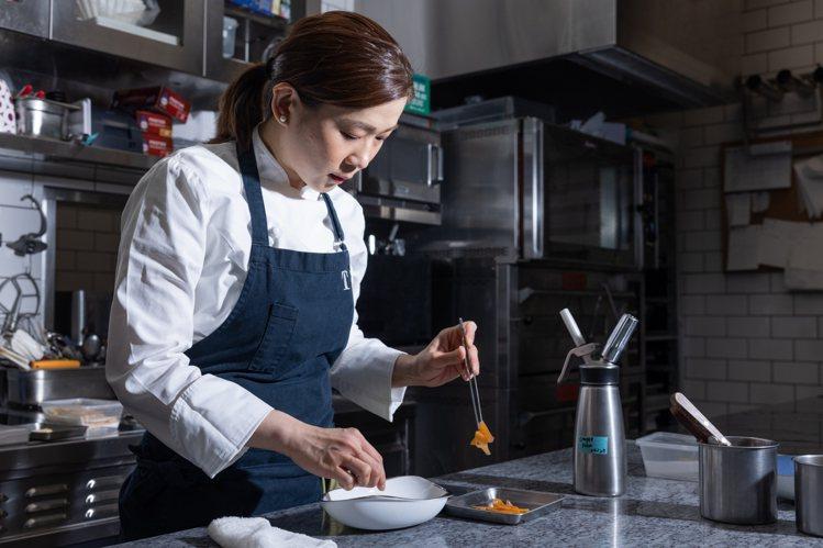 賴思瑩在廚房工作時展現100%的全神貫注。記者沈昱嘉/攝影。