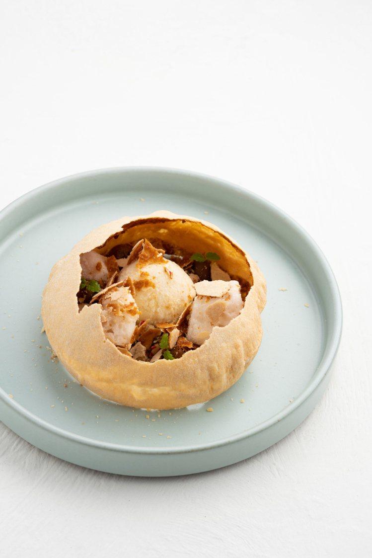 「椪餅」結合麻油冰淇淋與薑汁冰塊,是賴思瑩挑戰融合精緻甜點與本土風情的最佳寫照。...