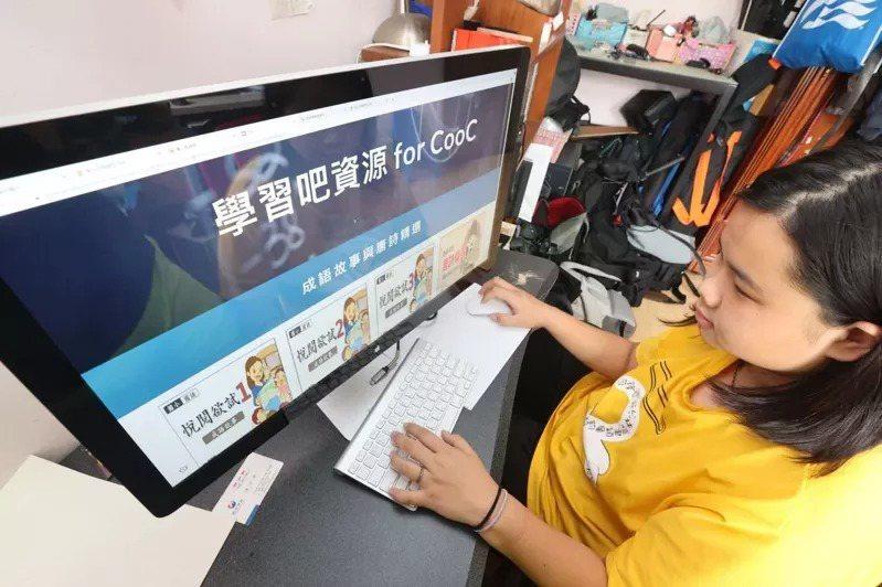 多個教師團體表示,許多學校遠距教學一律採用同步線上教學,孩子一天盯著螢幕七個小時,恐劣化視力。本報資料照片