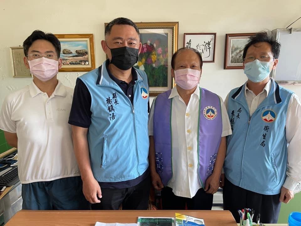 金門縣長楊鎮浯(左二)昨在衛生局長李錫鑫(右一)的陪同下造訪醫師公會,尋求其對相...