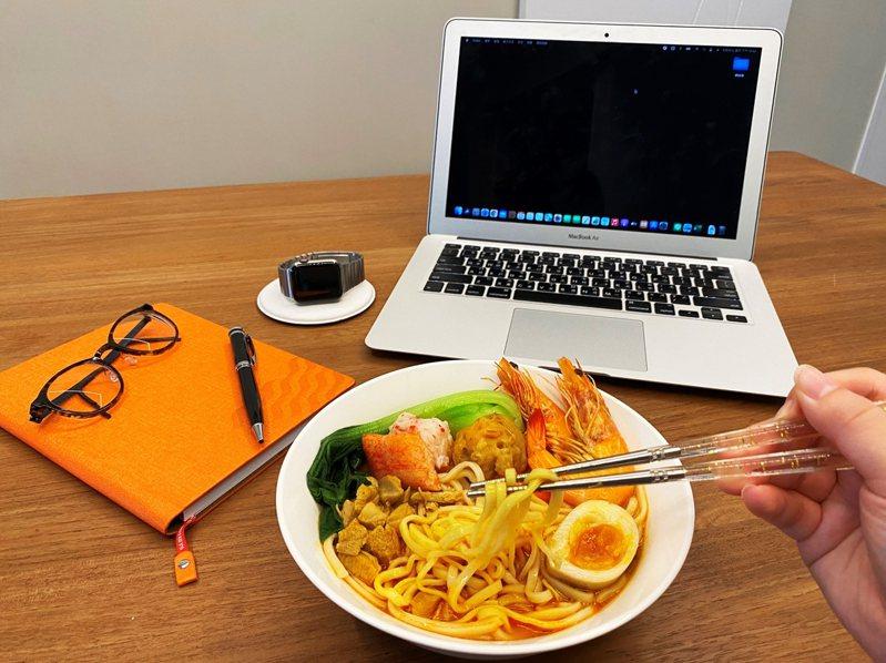 六福美饌推出「居家防疫組合包」常溫經典組,「南洋叻沙濃湯麵」微辣又濃郁的湯頭超美味。圖/六福旅遊集團提供