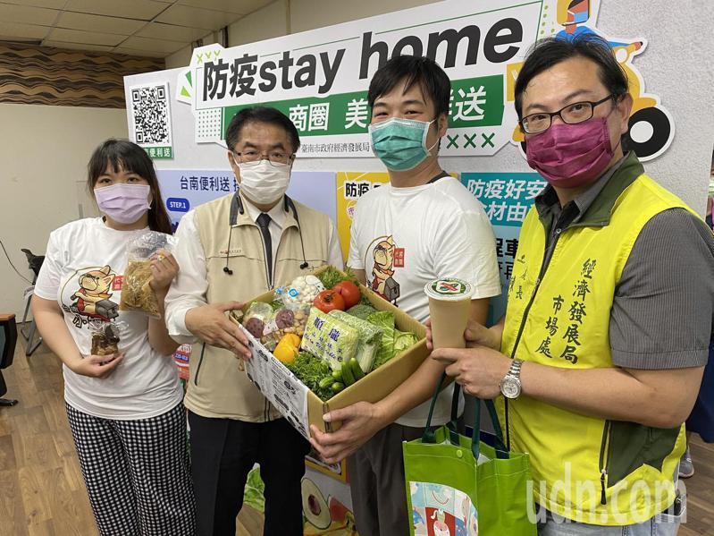 台南市政府經發局今推出「市場商圈美食新鮮送」,民眾只要在家裡動動手,就可透過電話或網路向5市場、4商圈訂購食材,即時宅配外送。記者鄭維真/攝影