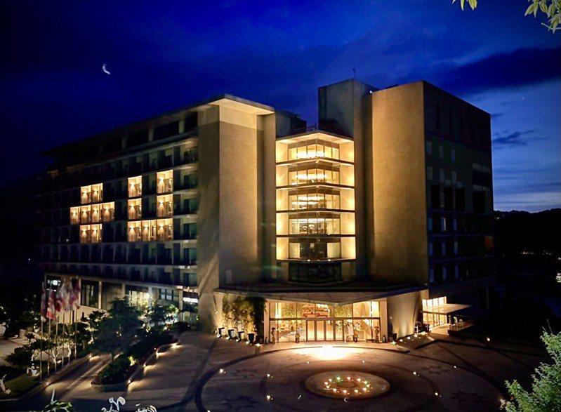 打出「+U」代表加油的燈光,日月潭雲品溫泉酒店宣布配合最新防疫措施,5月25日中午起至6月8日進行休館。圖/日月潭雲品酒店提供