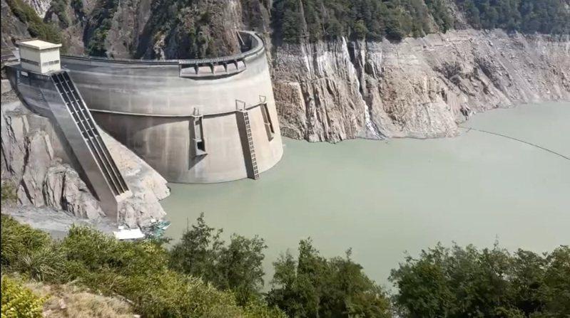德基水庫一帶昨日下雨,但降雨量不多,進帳有限。圖/民眾提供