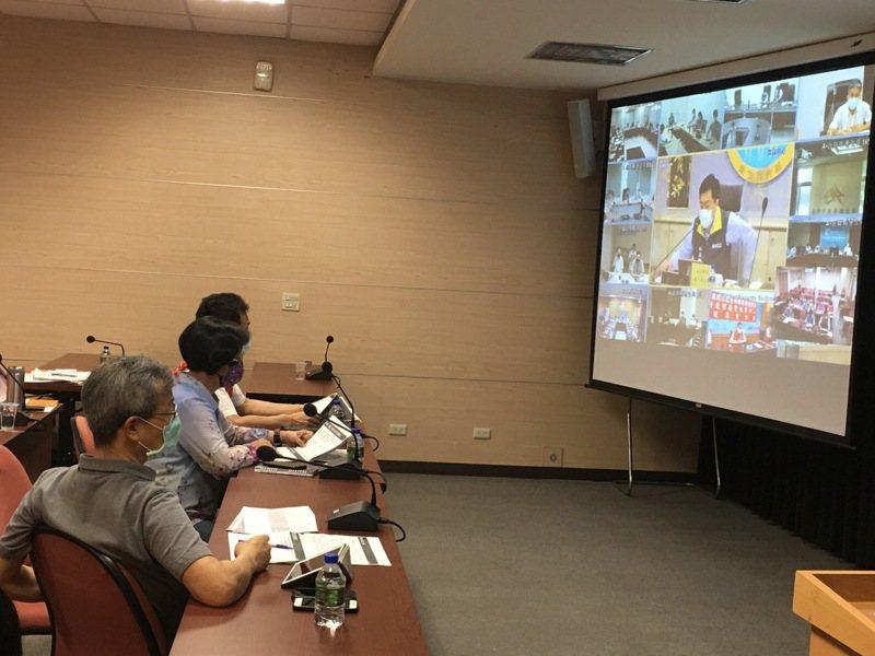 彰化縣長王惠美今天參加全國防疫視訊會議,向中央爭取彰化縣疫苗分配數,並希望能開放疫苗合法給企業採購。圖/彰化縣政府提供