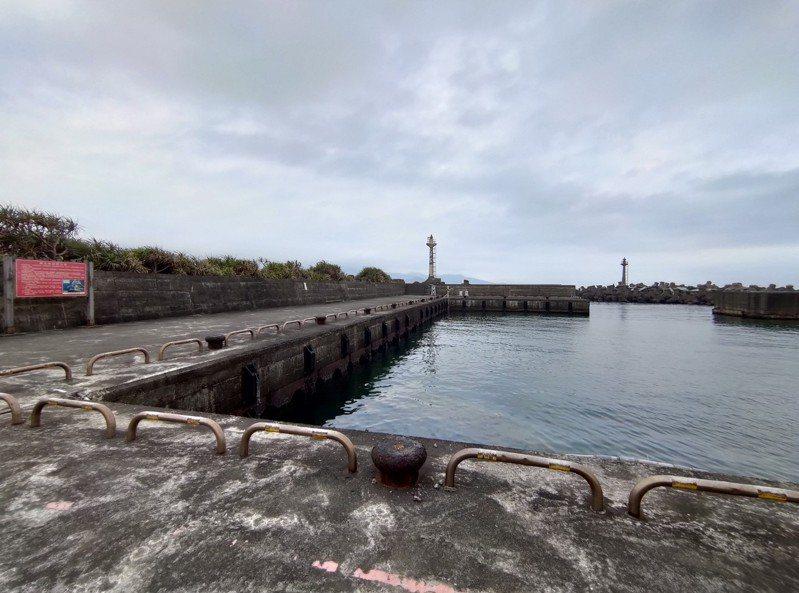 新北市公告,即日起漁港範圍內全面禁止垂釣,未來視疫情趨緩再開放,違者最高可罰15萬元。圖/新北市漁管處提供