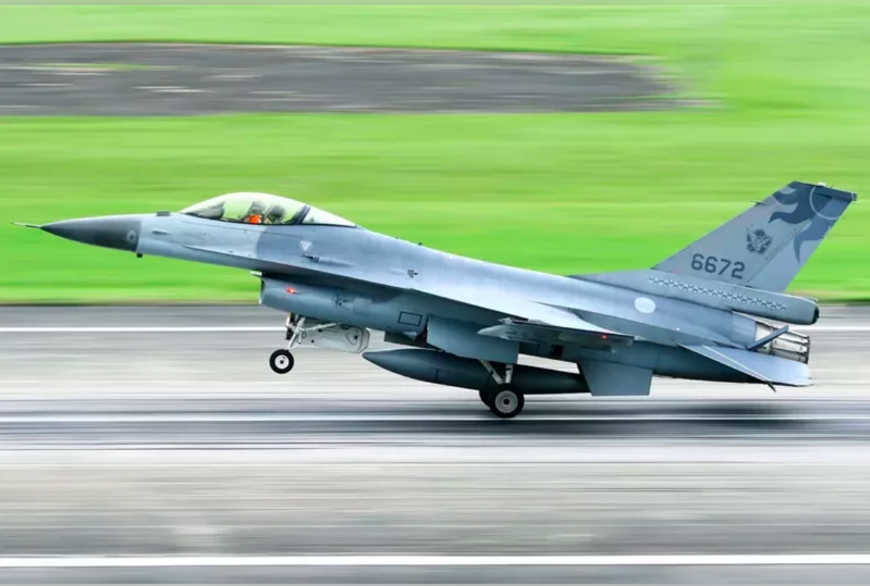 花蓮空軍基地今天凌晨近1時,有4架F-16V飛往美國接替訓練任務。圖/資料照