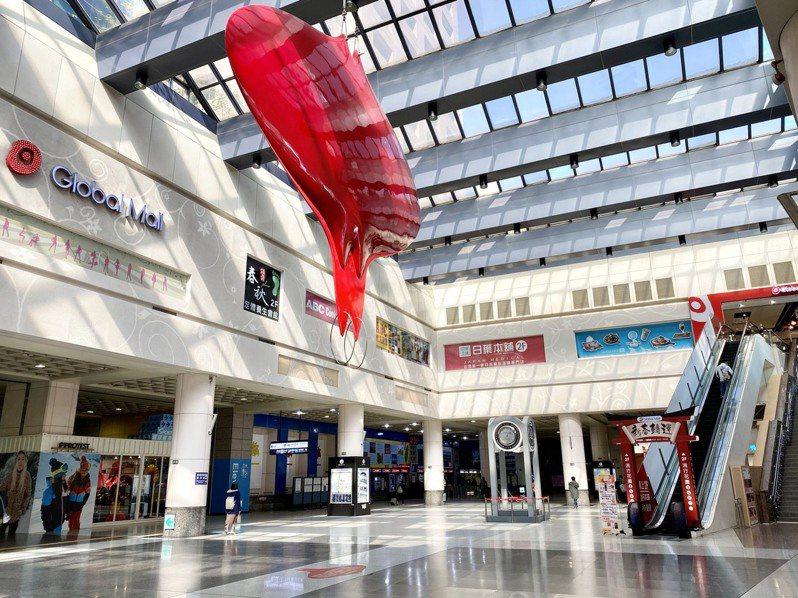 環球購物中心全台七店即日起至5月28日只提供「餐飲外帶自取與外送、超市、民生必需品服務」,零售區域全面暫停營業。圖/環球購物中心提供