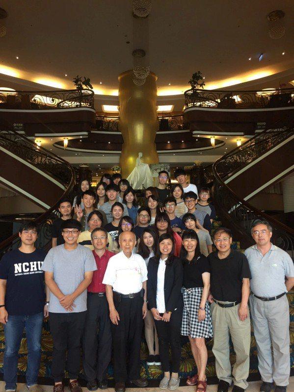 中國醫藥大學中草藥研究中心團隊新發現中草藥皮膚美白成分。圖/中國醫藥大學提供