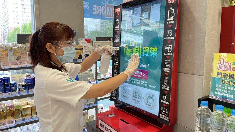屈臣氏啟動「屈動全面防疫」,全面升級門市人員的防疫設備,提供護目鏡及口罩、酒精等相關防疫用品。圖/屈臣氏提供