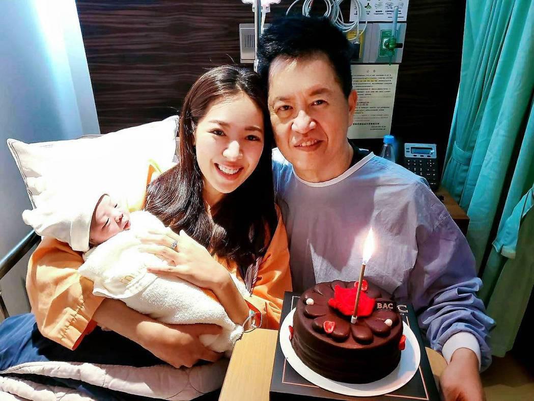 劉伊心(左)和老公喜得一子。圖/劉伊心提供