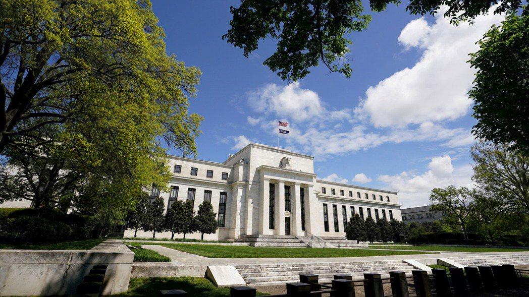 「縮表」和「升息」都是聯準會收緊貨幣政策的重要工具。路透