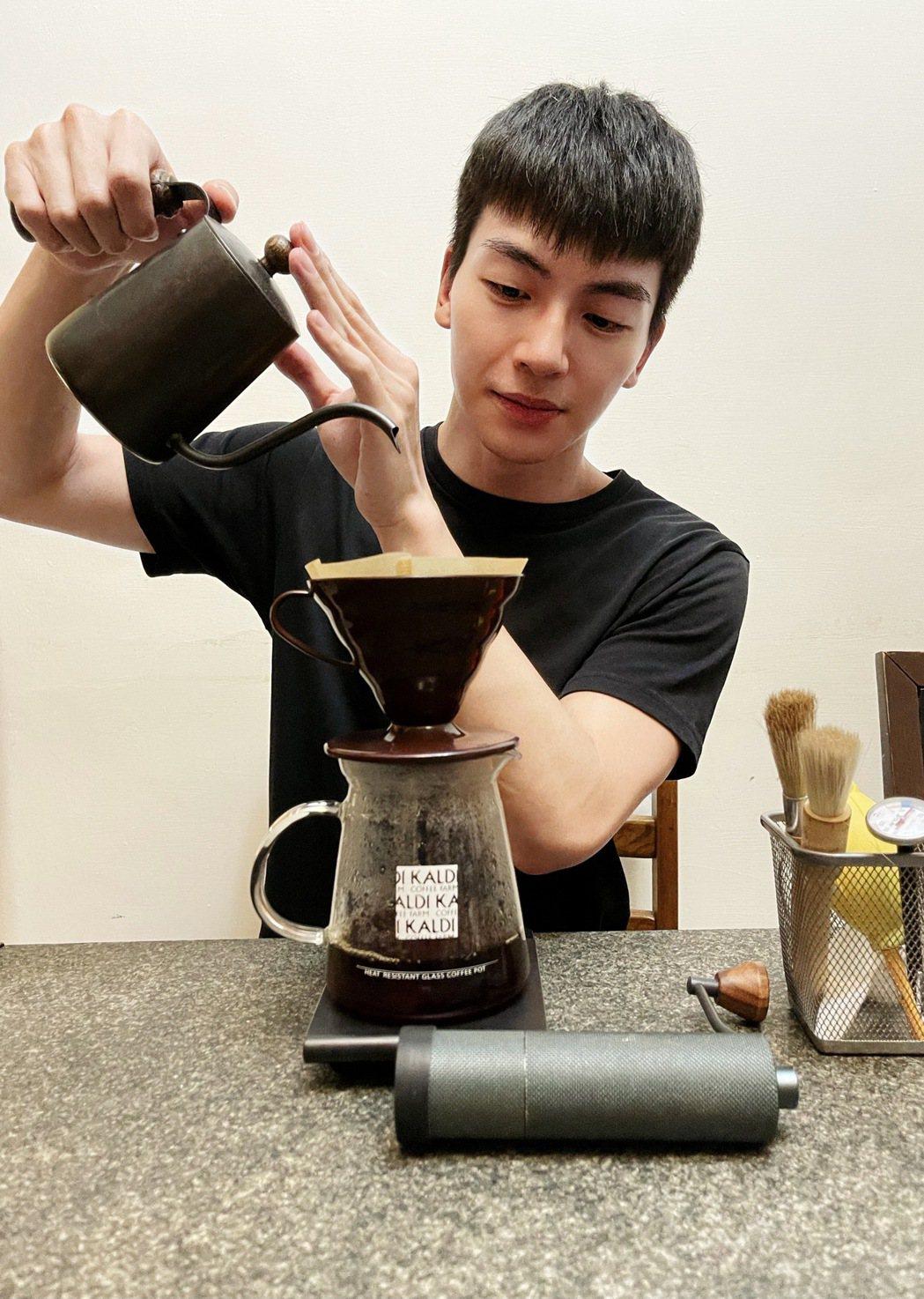 張洛偍宅在家做手沖咖啡。圖/周子娛樂提供