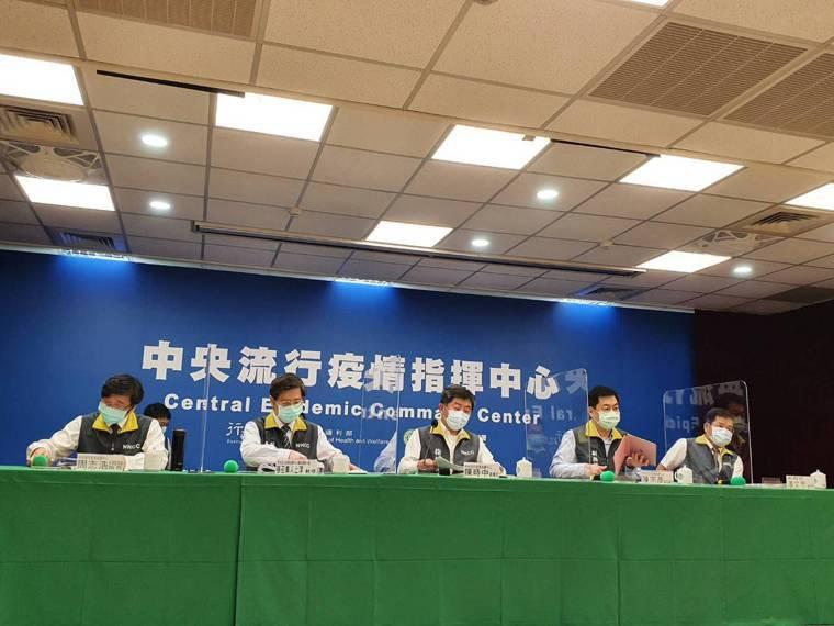 中央流行疫情指揮中心5月25日14時記者會出席名單,第一排由左到右 疫情監測組組...