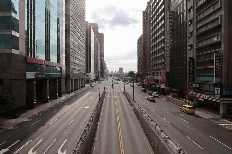 國內疫情嚴峻,三級警戒持續到6月28日,往日人潮聚集的大街變得空無一人。聯合報系資料照