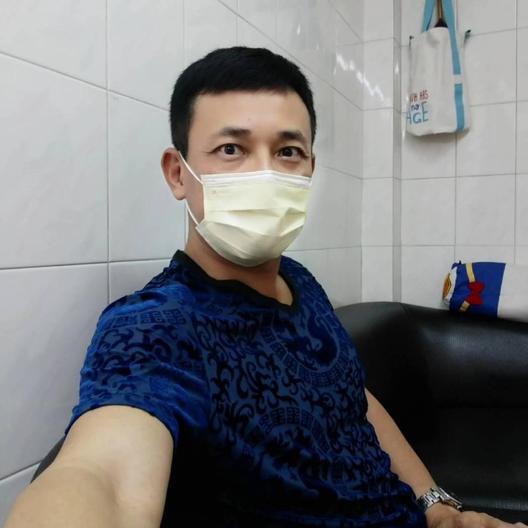 防疫期間,胡鴻達請老婆幫忙修剪頭髮。圖/民視提供