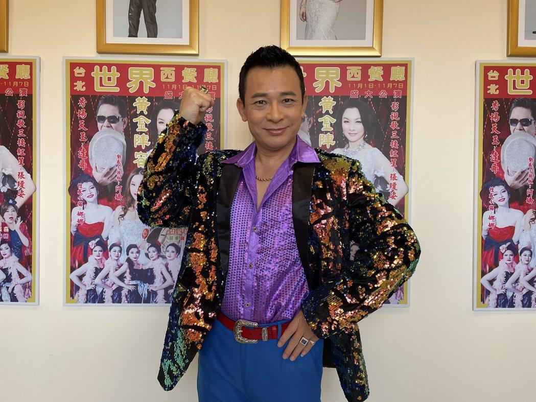 胡鴻達為了演出「黃金歲月」中的麥可一角,網購好多套誇張華麗戲服。圖/民視提供