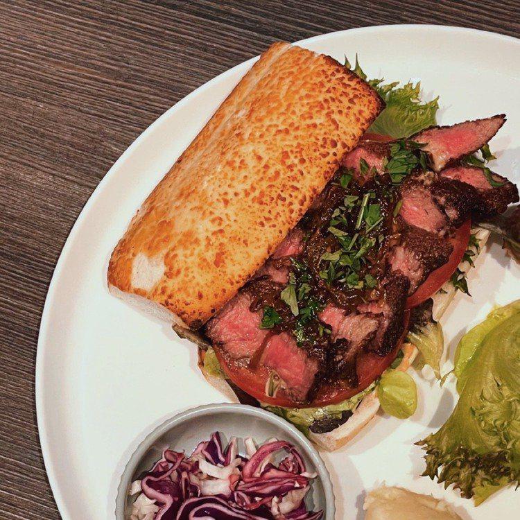 微風信義SEA TO SKY USDA PRIME牛排三明治與薯片,680元。圖...
