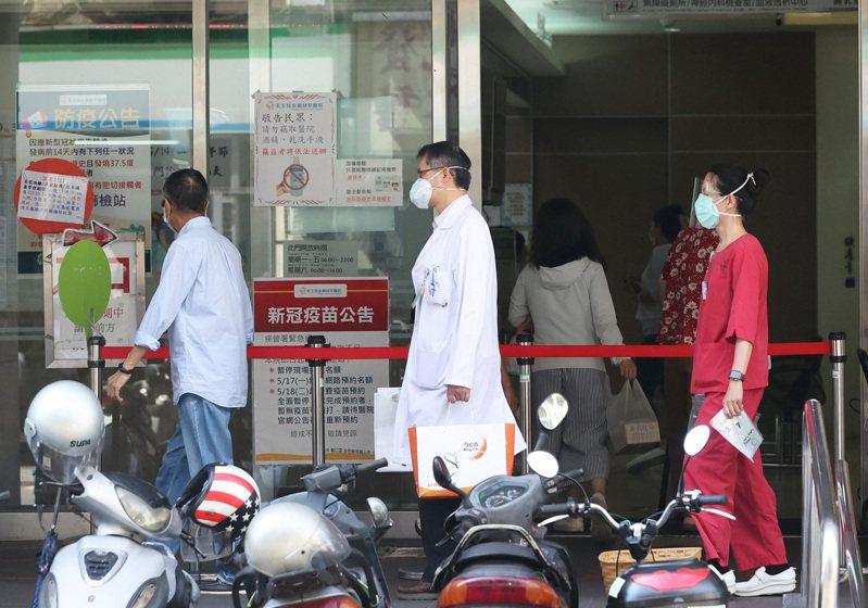 因防疫升級,政府規定住院病患得先接受PCR檢測,過去氣氛溫馨的婦產科,也變為充滿緊張氣氛的空間,圖為醫院因應防疫示意圖。圖/聯合報系資料照片