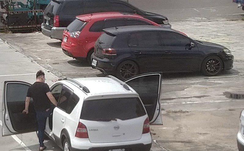 台南永康振興街社區反映廢棄停車場每天許多人不帶口罩出入,甚至半夜怠速在車內數小時不知道幹什麼。圖/讀者提供